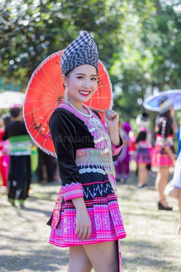 Den Hmong flickan i den färgrika härliga klänningen och mode blandade mellan ny och gammal kultur, är handgjorda för festival Hmo royaltyfria foton