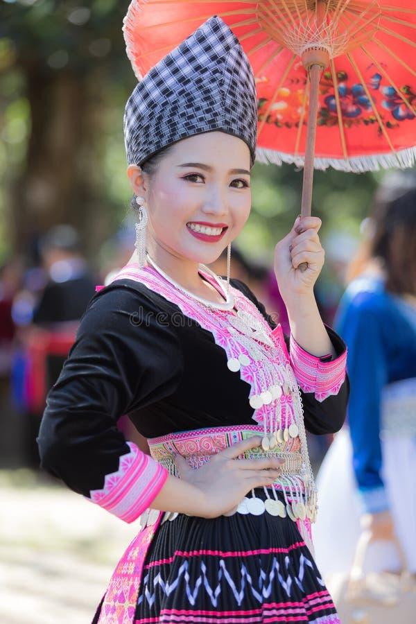 Den Hmong flickan i den färgrika härliga klänningen och mode blandade mellan ny och gammal kultur, är handgjorda för festival Hmo arkivbild