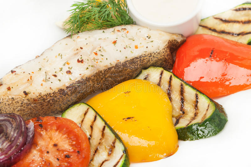 Den hoade stekfisken med garnering av grillat färgar den nya grönsaken arkivfoton