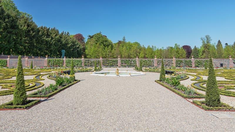 Den holländska barockträdgården av slottHet-looen royaltyfria foton