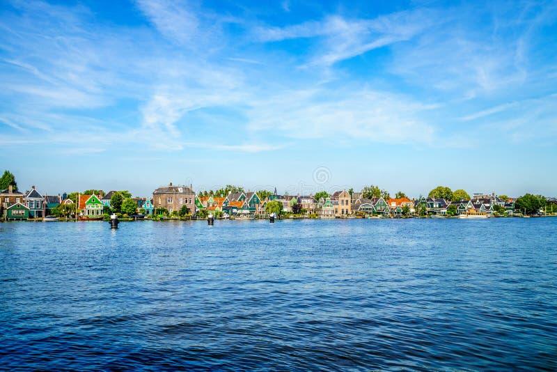 Den holländska byn av Zaandijk på Zaanen Rivier arkivbilder