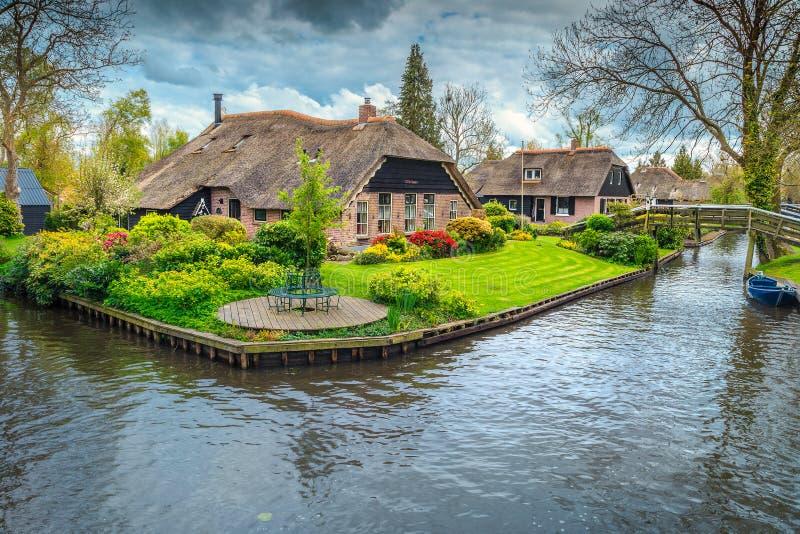 Den holländska byn med den färgrika dekorativa trädgården och våren blommar, Giethoorn royaltyfri foto