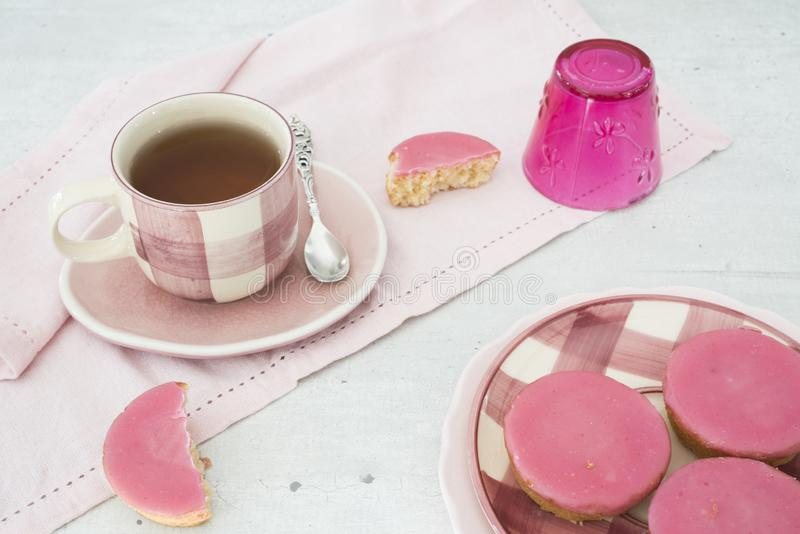 Den holländska kakan med rosa glasyr på kaka, kallade Roze Koek, mot vit grå backgruond royaltyfria foton