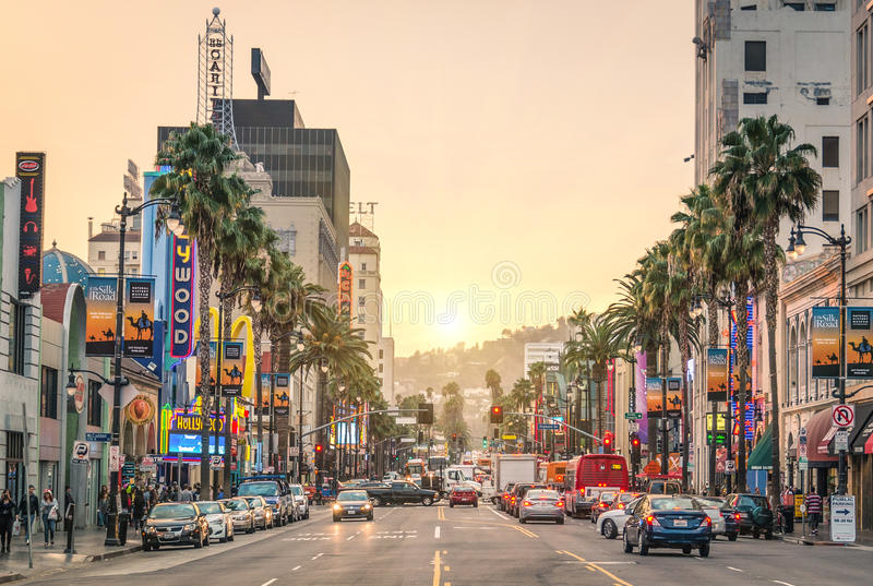 Den Hollywood boulevarden på solnedgången - Los Angeles - gå av berömmelse arkivbilder