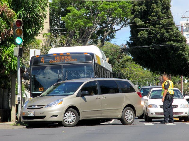 Den Honolulu stadsbussen har olycka med Mini Van arkivbild