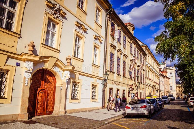 Den Hradcany fyrkanten i Prague den gamla staden, Tjeckien fotografering för bildbyråer