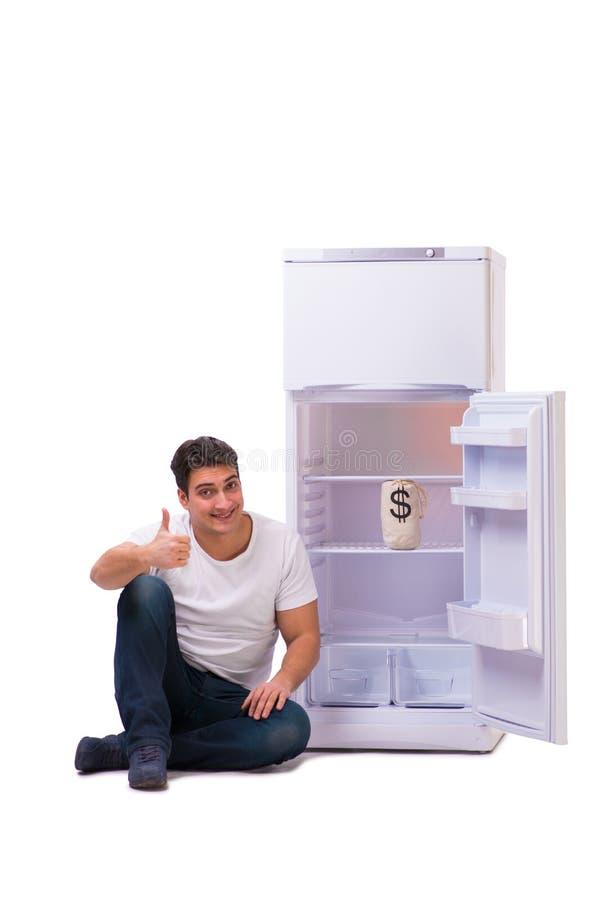 Den hungriga mannen som söker efter pengar för att fylla kylen arkivbild