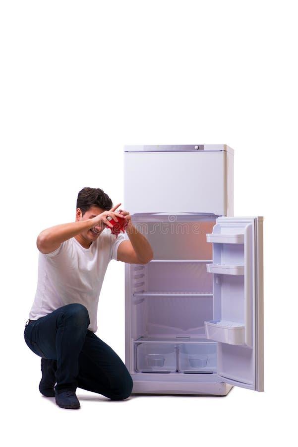 Den hungriga mannen som söker efter pengar för att fylla kylen arkivfoto