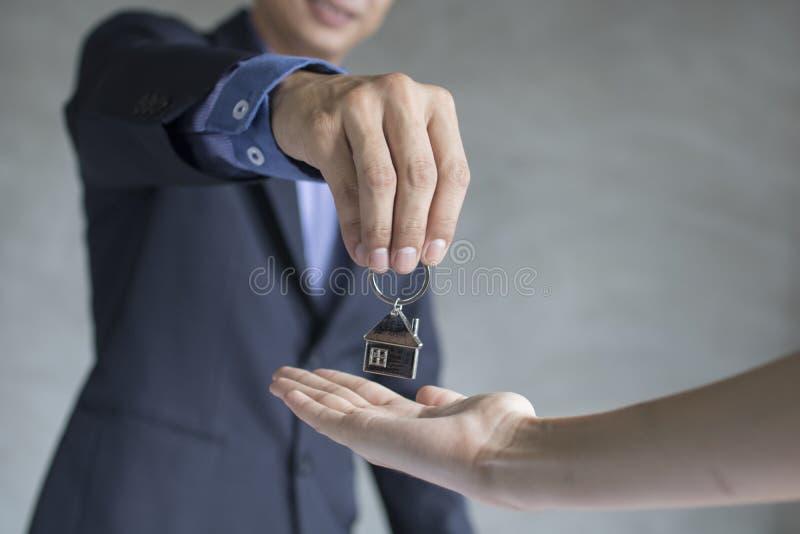 Den husmedlet och fastigheten tar nyckel- till egendomsägare arkivfoton