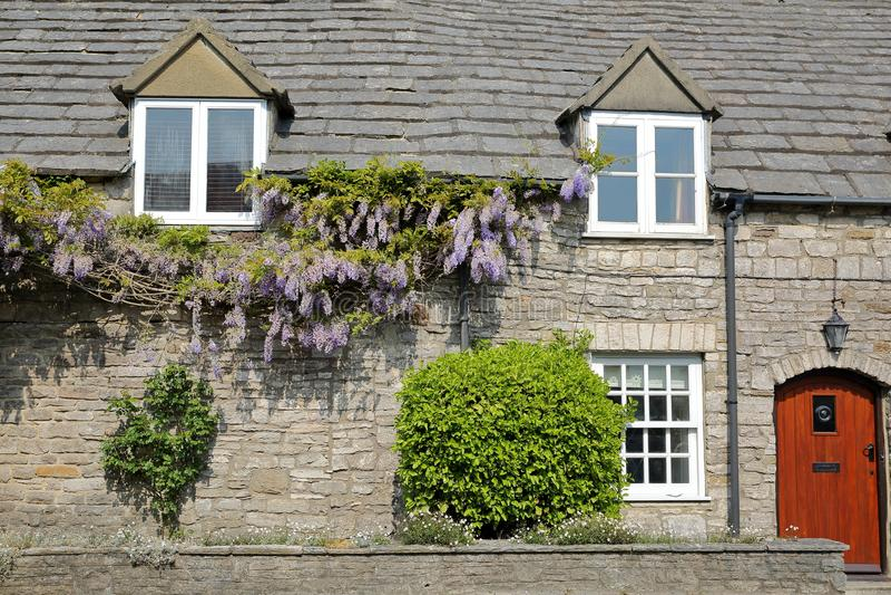 Den huvudsakliga fasaden av ett medeltida hus med brickstone- och stenhälltaket i Corfe rockerar byn, ö av Purbeck, Dorset royaltyfria bilder
