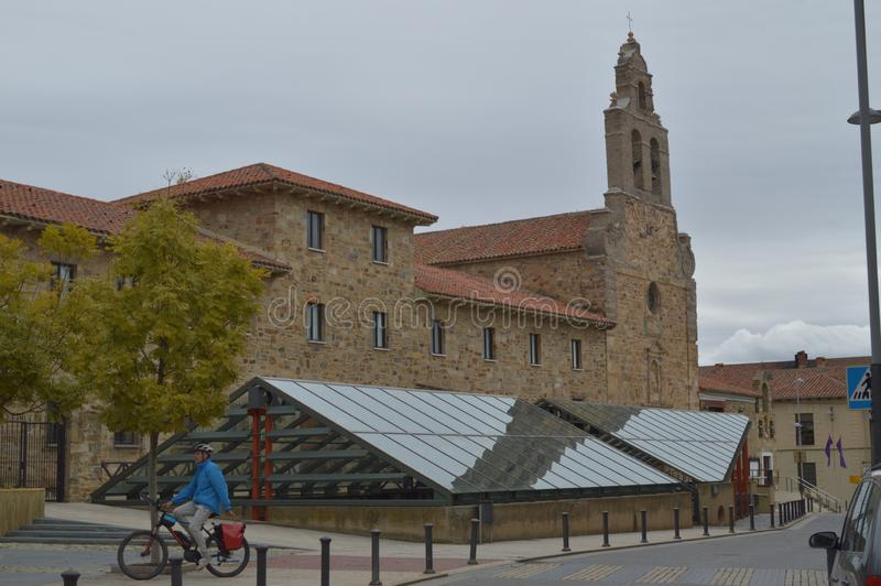 Den huvudsakliga fasaden av kyrkan av San Francisco With A vallfärdar på en cykel i Astorga Arkitektur historia, Camino De Santia arkivbilder