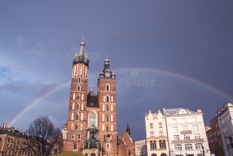 Den huvudsakliga fyrkanten av Krakow med domkyrkan av Mariacki efter t arkivfoto