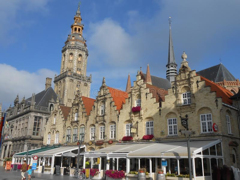 Den huvudsakliga fyrkanten i Veurne, i flamish Belgien royaltyfria foton