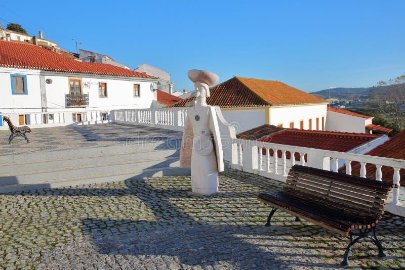 Den huvudsakliga fyrkanten inom den gamla staden av Aljezur, med statyn av Dom Henrique arkivbild