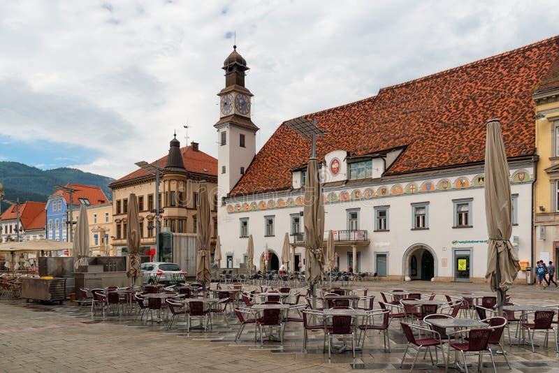 Den huvudsakliga fyrkanten och det gamla stadshuset i Leoben, Styria, Österrike royaltyfri bild