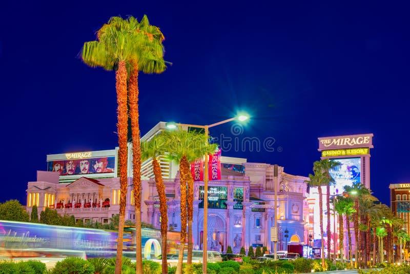 Den huvudsakliga gatan av Las Vegas-är remsan i aftontid Kasino, hotell och semesterort-Caesarsslott royaltyfria bilder