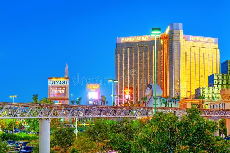 Den huvudsakliga gatan av Las Vegas-är remsan i aftontid Kasino, hotell och semesterort Mandalay Bay arkivbild