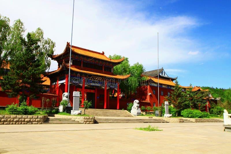 Den huvudsakliga ingången av den Mudanjiang Yuantong templet royaltyfria bilder