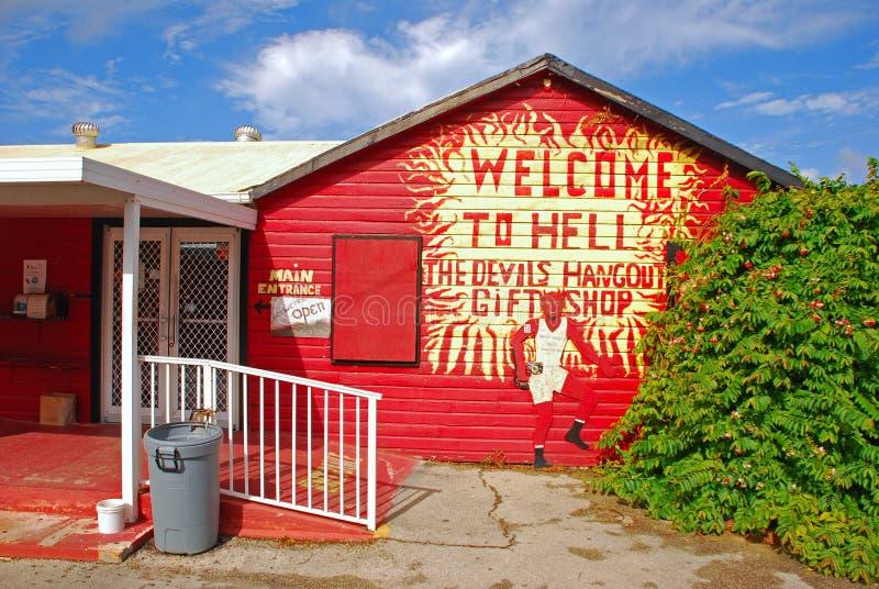 Den huvudsakliga ingången av en liten presentaffär med stark röd målarfärg i kajmanön inom området för vaggabildande kallade Helv arkivbilder
