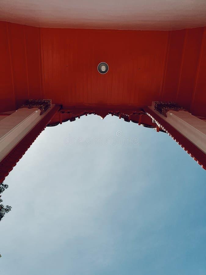 Den huvudsakliga ingången av den huvudsakliga korridoren av den thai templet, Nakhonsawan, Thailand royaltyfria bilder