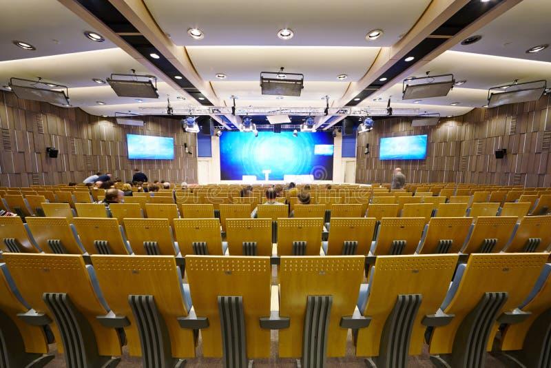 Den huvudsakliga konferenskorridoren i landskampmultimedior centrerar royaltyfri bild