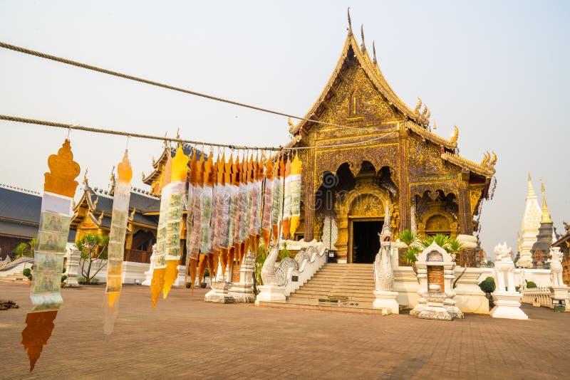 Den huvudsakliga korridoren av Wat Baan Den, en berömd buddistisk tempel i Maetaeng, med rader av Lanna flaggor som framme hänger arkivfoton