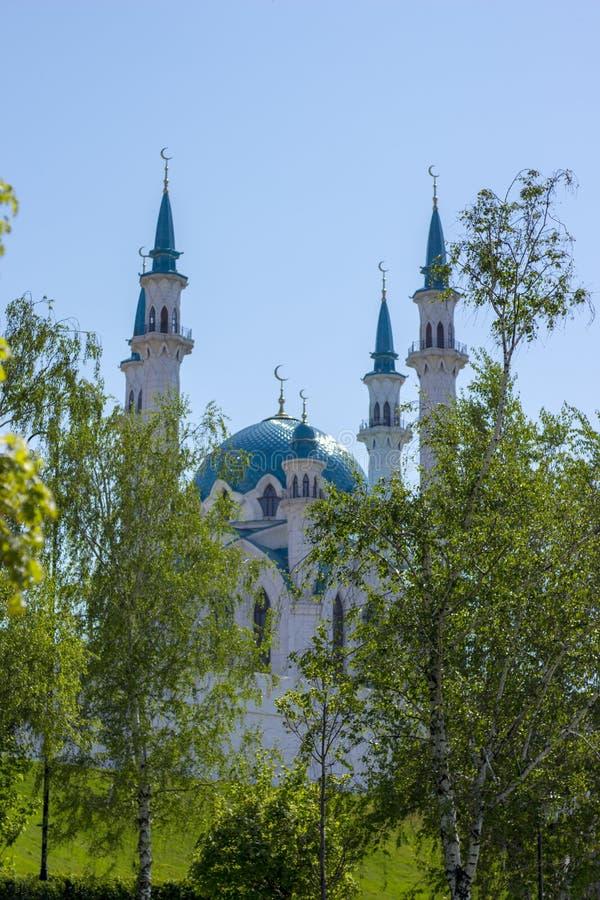 Den huvudsakliga moskén av staden på den första dagen av månaden av Ramadan royaltyfri bild