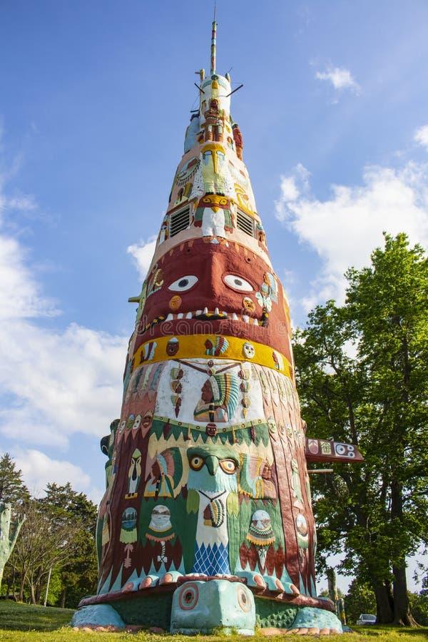 Den huvudsakliga totempålen i den Ed Galloways totempålen parkerar nära Route 66 som presenterar indianen och Folk Art Foyil Okla arkivbild