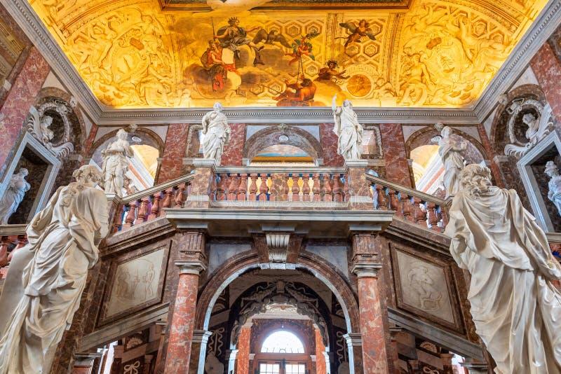 Den huvudsakliga trappan av den Drottningholm slotten på Stockholm, Sverige arkivfoto