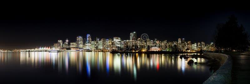 Den i stadens centrum Vancouver horisonten på natten från Stanley Park arkivbilder