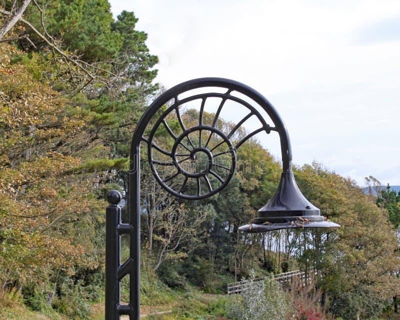 Den iconic ammoniten formade gatalampor på Lyme Regis i Dorset royaltyfria foton