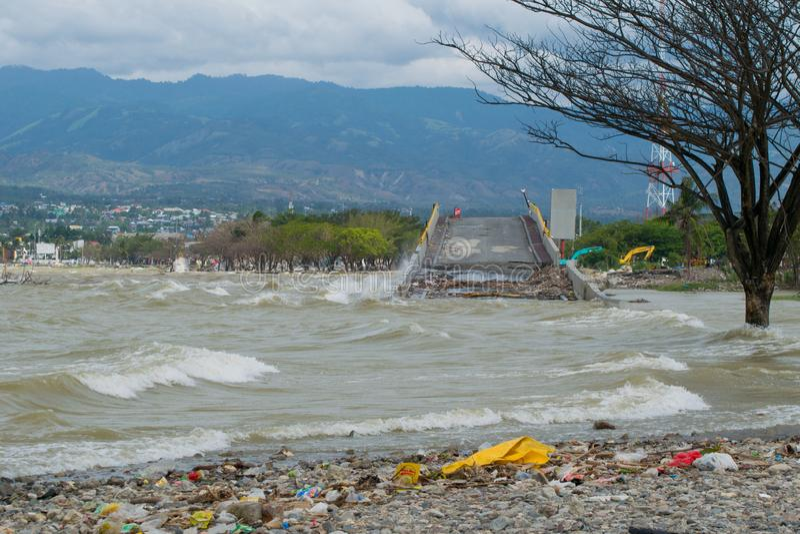 Den Iconic bron i Palu förstörde vid tsunamin som fångades i höjdpunkt arkivbild