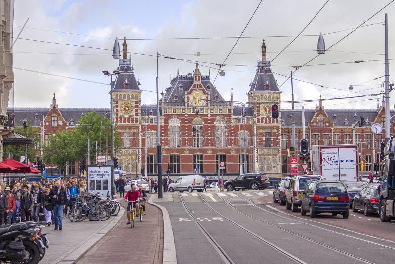Den iconic gränsmärket av Armsterdam, centralstationen arkivfoton