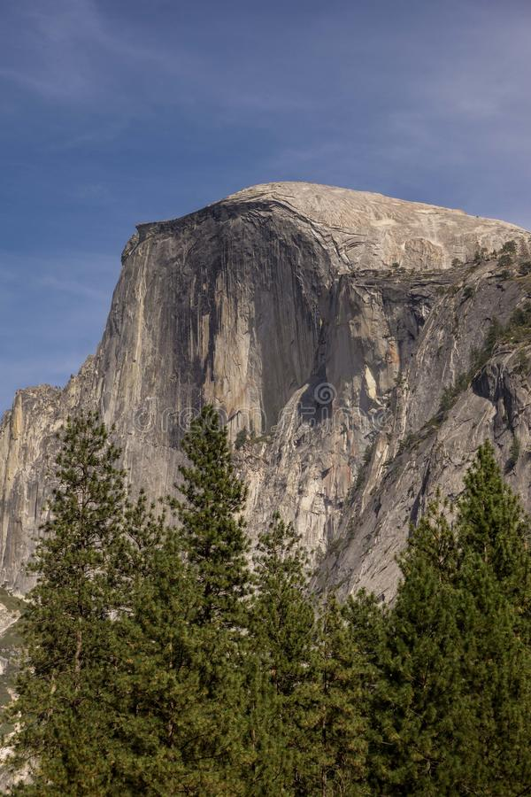 Den iconic halva kupolen i den Yosemite nationalparken, Kalifornien royaltyfria foton