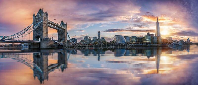 Den iconic horisonten av London under solnedgång royaltyfri foto