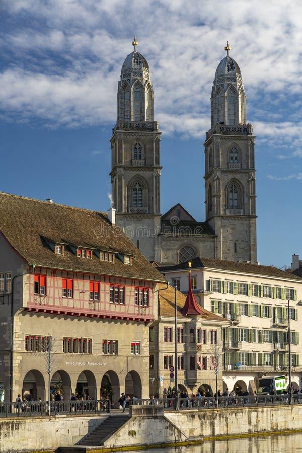 Den iconic kyrkan för Grossmà ¼nster i rik ZÃ-¼, Schweiz royaltyfri bild
