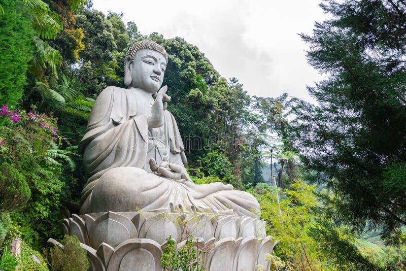 Den iconic sikten av den stora stenBuddhastatyn på Chin Swee Caves Temple, Taoisttemplet i Genting Skotska högländerna, Pahang arkivfoton