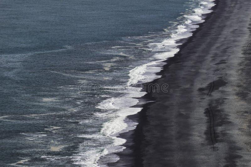 Den Iconic svarta stranden av södra Island royaltyfria bilder