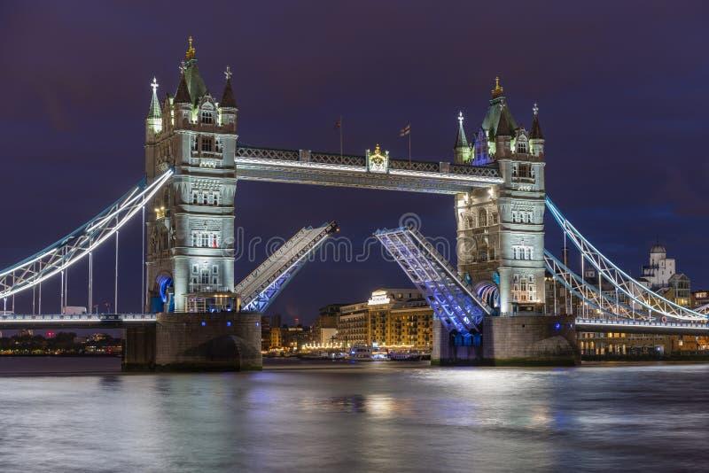 Den iconic tornbron i London på natten, beautifully exponerad och med lyftta bascules arkivbild