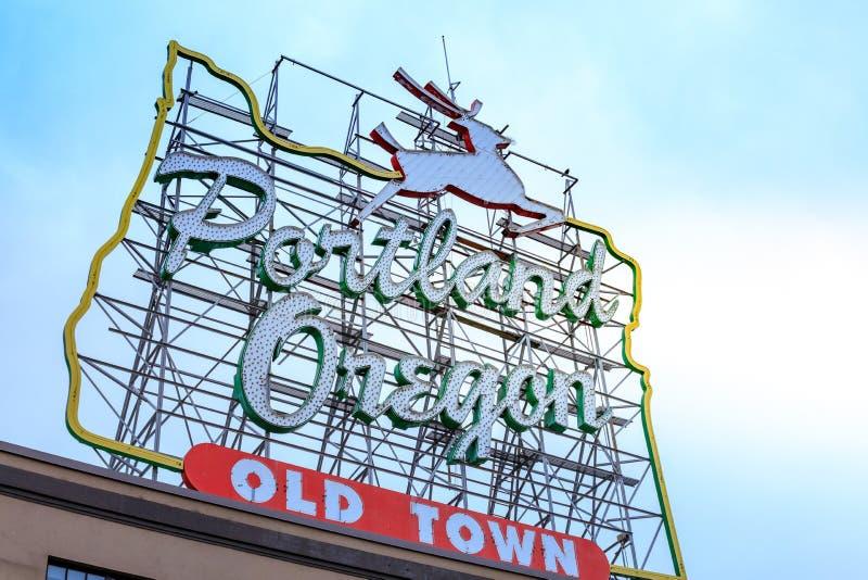 Den iconic vita fullvuxna hankronhjorten, ett gränsmärkeneontecken Portland, eller royaltyfri foto