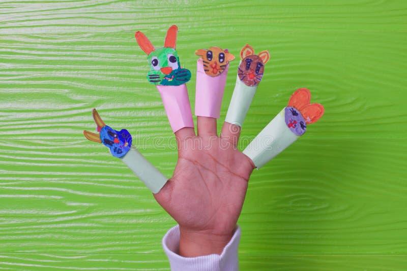 Den idérika idén av barn som spelar pappers- målarfärgdjur, vänder mot älskvärt och gulligt arkivbilder