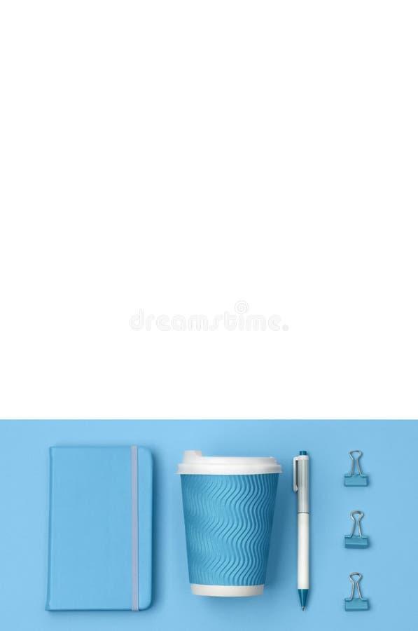 Den idérika lägenheten för den bästa sikten lägger av kvinnaskrivbordet med med den blåa brevpapperuppsättningen Notepad-, penn-, arkivbilder