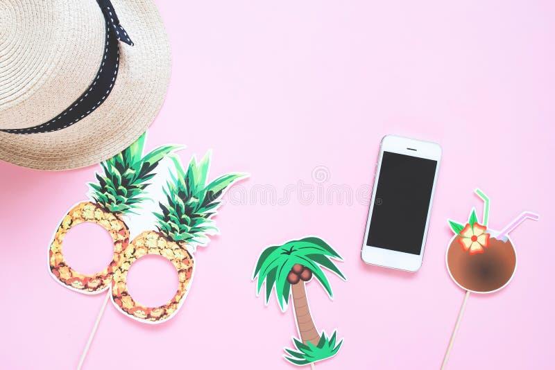 Den idérika lägenheten lägger av sommarbegrepp med den smarta telefonen på färg royaltyfria foton