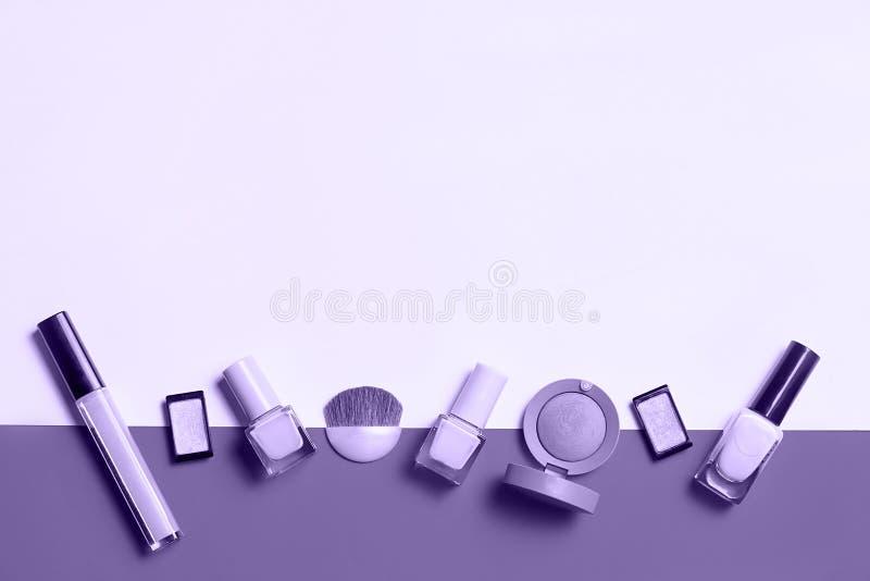 Den idérika lägenheten som är lekmanna- av ljust mode, spikar polermedel på en färgrik bakgrund Minsta stil kopiera avstånd Skönh arkivfoton