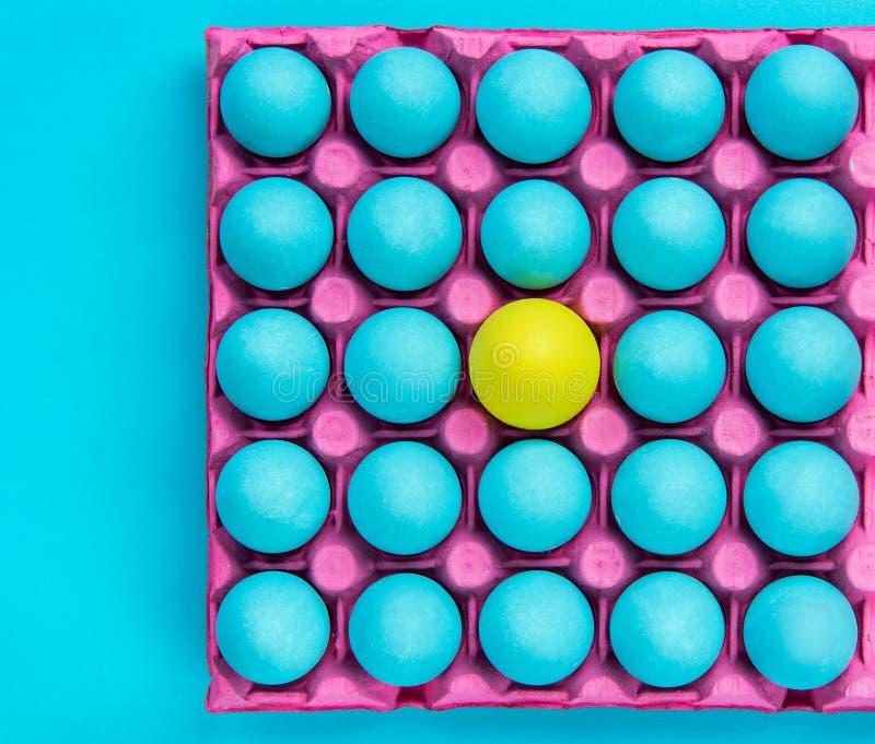 Den idérika modellen av pastellfärgade ägg, är själv visuell konst arkivbilder
