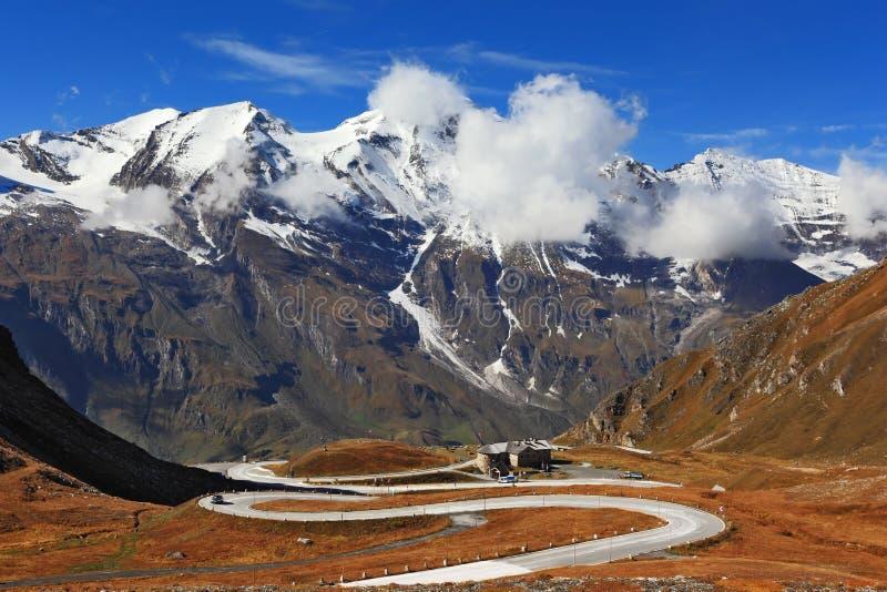 Den ideala huvudvägen spolar höjdpunkt i bergen royaltyfria foton