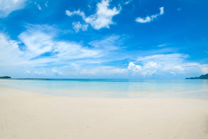 Den idylliska tropiska stranden, gömma i handflatan, vit sand och kristallklart vatten arkivbilder