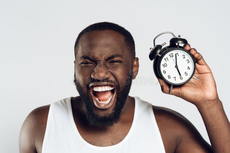 Den ilskna afrikansk amerikanmannen skriker innehavlarmet royaltyfria bilder