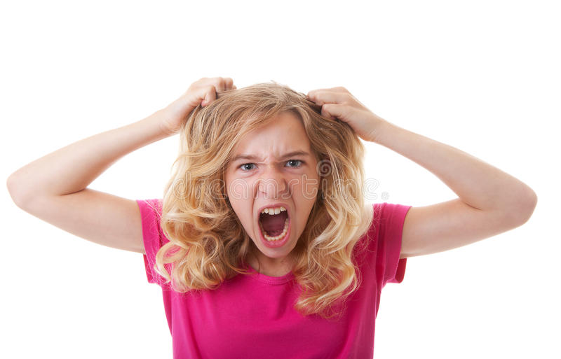 Den ilskna flickan drar hennes hår royaltyfria foton