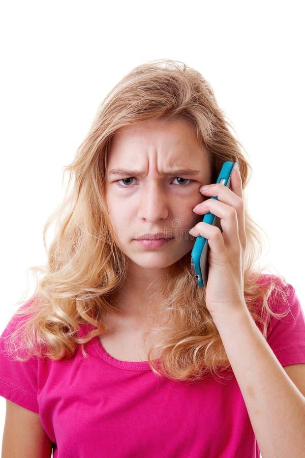 Den ilskna flickan kallar på mobiltelefonen arkivfoto